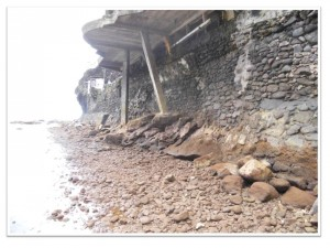 Fondasi bangunan dibangun di atas batu pipih yg menjadi tempat pendaratan hiu (tangahiang). Foto/dirno