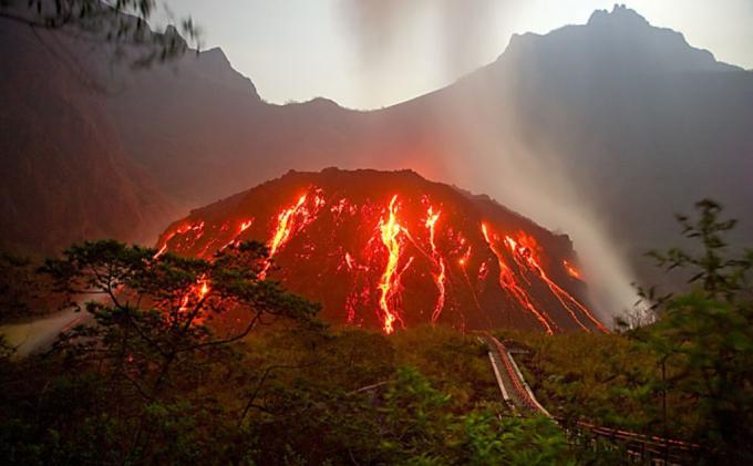 Gunung Kelud Meletus serta Sejarah Panjang & Anomali Letusan