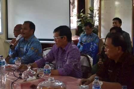 Walikota Manado, Dr. G.S. Vicky Lumentut dalam sebuah kesempatan pertemuan bersama para guru