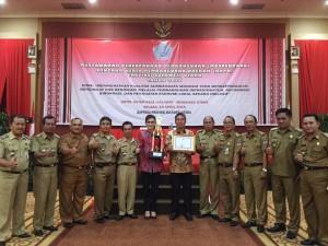 Dinilai Terbaik, Bupati Minsel Terima Penghargaan APN RKPD Provinsi Tahun 2015