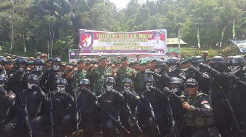 Gubernur Menerima Penyematan tanda kehormatan Pembina Batalion Infantri Raider 712Wiratama