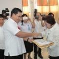 Wagub Sulut menyerahkan Hasil Ujian kepada Kepala Dinas Pendidikan Kota Manado