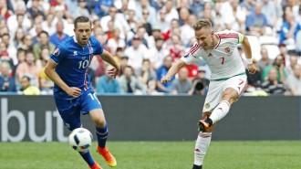 Hungaria  bersusah payah memetik satu poin dari Islandia .Foto. REUTERS Yves Herman)