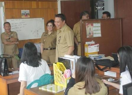 Walikota Tomohon Jimmy F Eman SE Ak bersama Wakil Walikota Syerly Adelyn Sompotan  melakukan sidak di sebelas bagian di Sekretariat Daerah