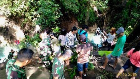 Personil TNI AD dari Kodim 1302 Minahasa bersama para Jurnalis dan sejumlah Pemuda Wawali membersikan lokasi