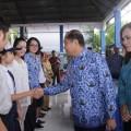 Walikota Bitung Maximiliaan J Lomban didampingi Ketua TP-PKK kota Bitung Ny. Khouni Lomban Rawung membuka kegiatan  'Gerakan Mengantar Anak ke Sekolah' di hari pertama masuk sekolah