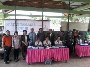 Ketua KPU Yessy Momongan saat Memantau Pelaksanaan Pemungutan Suara di Werdiagung, Dumoga