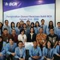 Kepala BCA Kantor Cabang Utama (KCU) Manado Felicia Lily saat menyerahkan beasiswa kepada Unsrat Manado beberapa waktu lalu.
