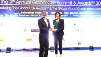 Senior General Manager PT Hero Supermarket Tbk Natalia Lusnita (kanan) saat menerima penghargaan dalam ajang 9th Annual Summit and Conference yang diadakan di Langkawi, 29 Maret 2017.