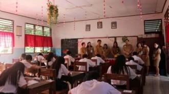 Hari Kedua USBN, Wawali Mor Buka Soal di SMP Negeri 7
