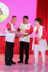 Peluncuran aksi bela negara tersebut juga diselingi penampilan penyanyi senior Titiek Puspa