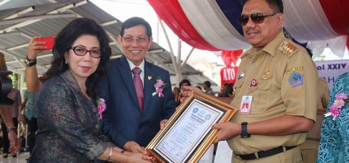 Diserahkan Gubernur OD, Keluarga Lumentut-Runtuwene Terima Penghargaan BKKBN