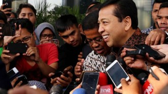 Ketua DPR Setya Novanto meninggalkan Gedung Komisi Pemberantasan Korupsi (KPK) seusai diperiksa di Jakarta, Jumat 14 Juli2017 (foto .Kompas)