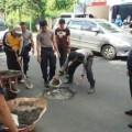 Tambal Jalan Berlubang, Polres Tomohon Turun Tangan