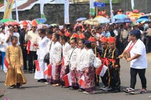 Kemajemukan Kota Manado dan potensi wisata laut Bunaken menjadi primadona saat pembukaan Manado Fiesta 2017