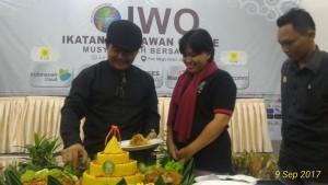 Jeane Rondonuwu, saat  di beri tumpeng olek Ketua Umum IWO