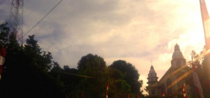 Menara pemancar (Base Transceiver Station/BTS) yang berdiri kokoh disamping sebuah gereja di Kelurahan Tendeki