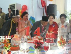 Pemasangan lilin Hut ke 56 Gubernur OD bersamaan dengan Perayaan Hut Minahasa Utara