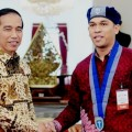 Ketua Umum PP GMKI Sahat Sinurat bersalaman dengan Presiden Joko Widodo usai PP GMKI diterima Presiden di Istana Negara