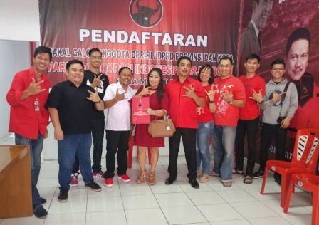 Jeane Foto Bersama Pengurus DPC PDI Perjuangan Manado