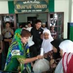 Wawali SAS Serahkan Bantuan Sembako Bagi Umat Muslim