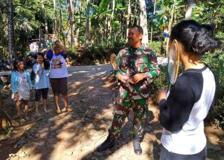 Di Waktu Sengang Angota TMMD Bermain Bulutangkis Dengan Gadis Desa Bonomerto