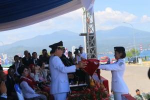 Walikota Manado DR Ir GS Vicky Lumentut SH MSi DEA bertindak selaku inspektur upacara (Irup)