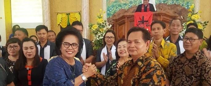 Penyerahan SK Pantia oleh Ketua KF Lansia GMIM kepada Ketua Harian Panitia Drs Handry Sondakh MSi