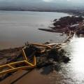 Jembatan Kuning yang merupakan ikon kota Palu putus dan ambruk akibat gempa bumi dan terjangan tsunami