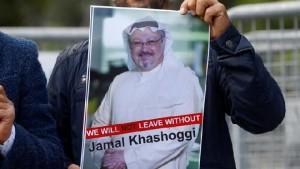 Seorang demonstran memegang gambar Jamal Khashoggi saat protes di depan konsulat Arab Saudi di Istanbul