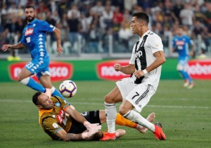 Soccer Football - Serie A - Juventus v Napoli - Allianz Stadium, Turin, Italy - September 29, 2018  Juventus' Cristiano Ronaldo in action with Napoli's David Ospina   REUTERS/Stefano Rellandini