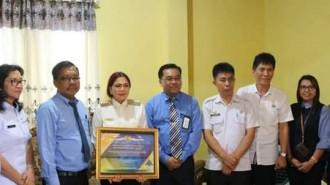 Kepala Kantor Wilayah Ditjen Perbendaharaan Provinsi Sulut Muhdi SE SIP MIS PHd menyerahkan penghargaan kepada Bupati Minut Vonny Anneke Panambunan STh (VAP)