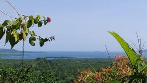 Pemandangan ke arah Pelabuhan Munte dan gugusan pulau-pulau di Likupang dari atas Gunung Kolintang. (foto: yudithrondonuwu)