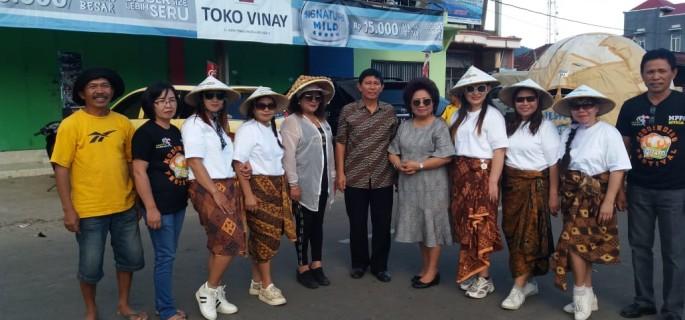 RML foto bersama peserta sebuah kegiatan festival. (Foto: dok pribadi RML)