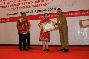 Mendagri Tjahjo Kumolo memberikan penghargaan bagi Pemkab Minut.