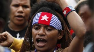 Aliansi Mahasiswa Papua mengenakan gelang dan ikat kepala bergambar logo Organisasi Papua Merdeka saat melakukan aksi demo di Bundaran HI, Jakarta, 1 Desembar 2015. Tanggal 1 Desember setiap tahunnya diperingati sebagai HUT OPM dan kelompok separatis tersebut mengibarkan bendera Bintang Kejora Papua Barat pada tanggal itu setiap tahunnya. TEMPO.