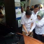 Menteri ESDM Ignasius Jonan dan Dirut Pertamina Nicke Widyawati meresmikan Stasiun Pengisian Listrik Umum atau Green Energy Station di SPBU COCO Pertamina 31.12.902 HR Rasuna Said Jakarta Selatan. (foto:kumparan)