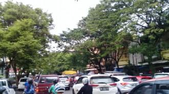 Kemacetan terjadi di Kawasan Pasar 45 Manado. Jalur ini selalu menjadi titik macet jelang hari Raya Natal. (foto: yudithrondonuwu)