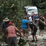 Sejumlah turis membantu warga lokal bersihkan jalan, Selasa (11/12). (Foto: Rico Taramen)