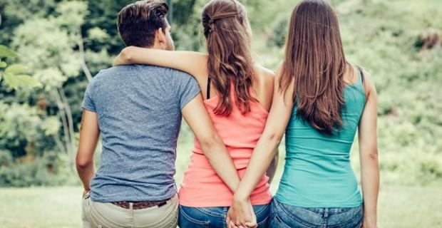 Ilustrasi pelakor dalam rumah tangga yang seringkali pura-pura bersahabat dengan istri padahal ingin merebut suaminya. (sumber:net)