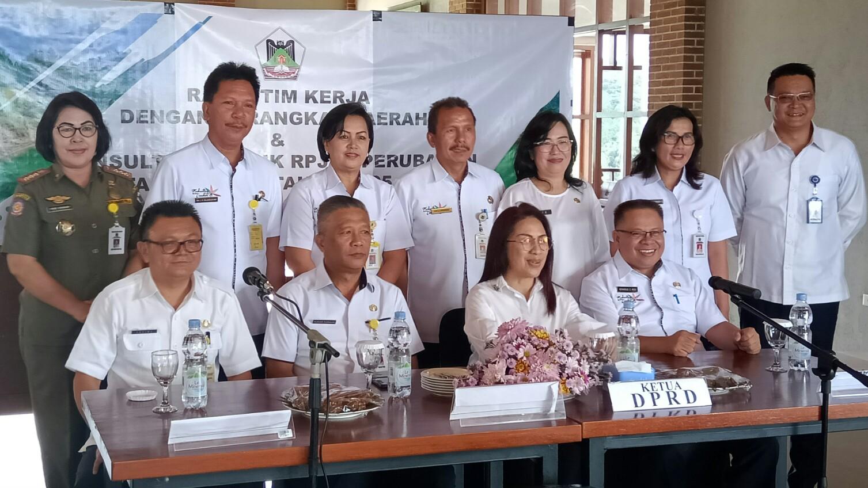 Wenur Hadiri Konsultasi Publik RPJPD Perubahan 2005-2025 Kota Tomohon