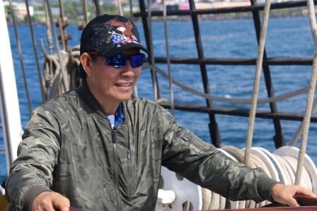 KRI Dewaruci Sandar di Teluk Manado