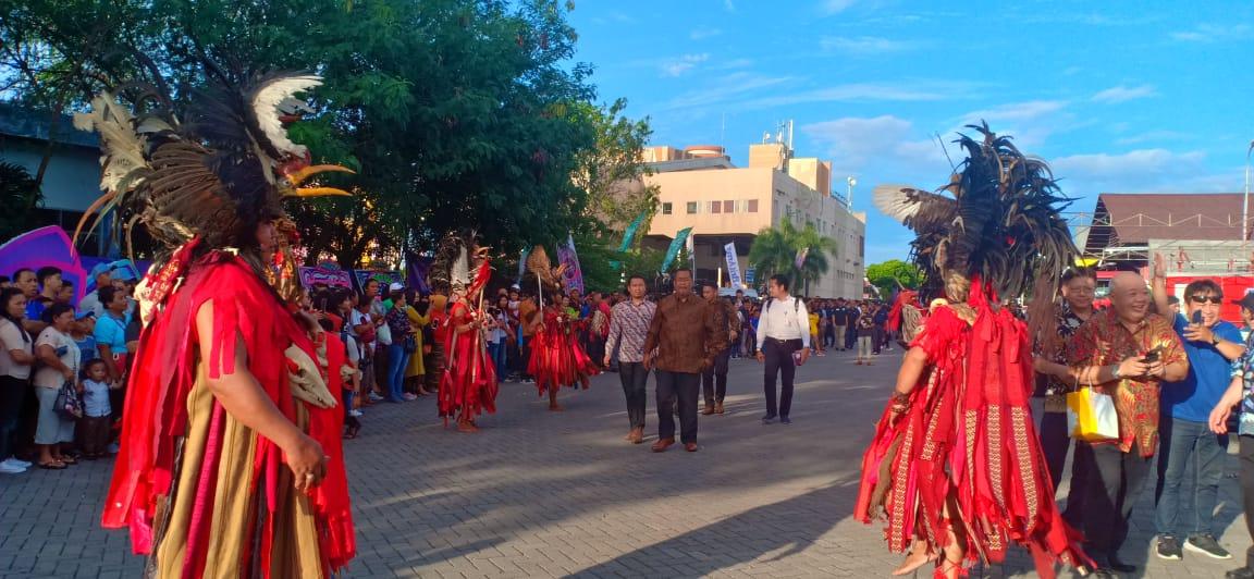 Tarian Kabasaran dan Musik Kolintang Sambut Tamu Manado Fiesta