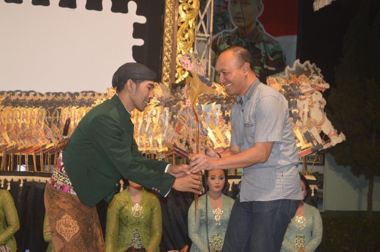 Dandim Pati Secara Simbolis Tokoh Wayang Banjaran Kokrosono  Kepada Ki dalang Sigid Ariyanto .S.Sn.