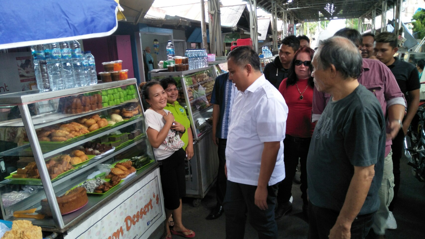 Pedagang Kue dan Makanan Sambut Roland Roeroe, Saat Sambangi Kawasan Kuliner Tomohon