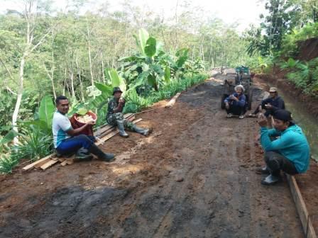 Suguhan Singkong Rebus Temani Istirahat Satgas Di Lokasi TMMD