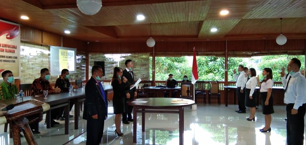 Berjarak 1 Meter dan Gunakan Masker, Anggota Panwaslu se Kecamatan Talawaan Dilantik