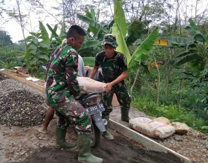Gotong Royong TNI – Masyarakat Wujudkan Jalan Usaha Tani