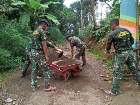 Perjuangan Satgas TMMD langsir Material pasir ke titik lokasi Rehab Rumah