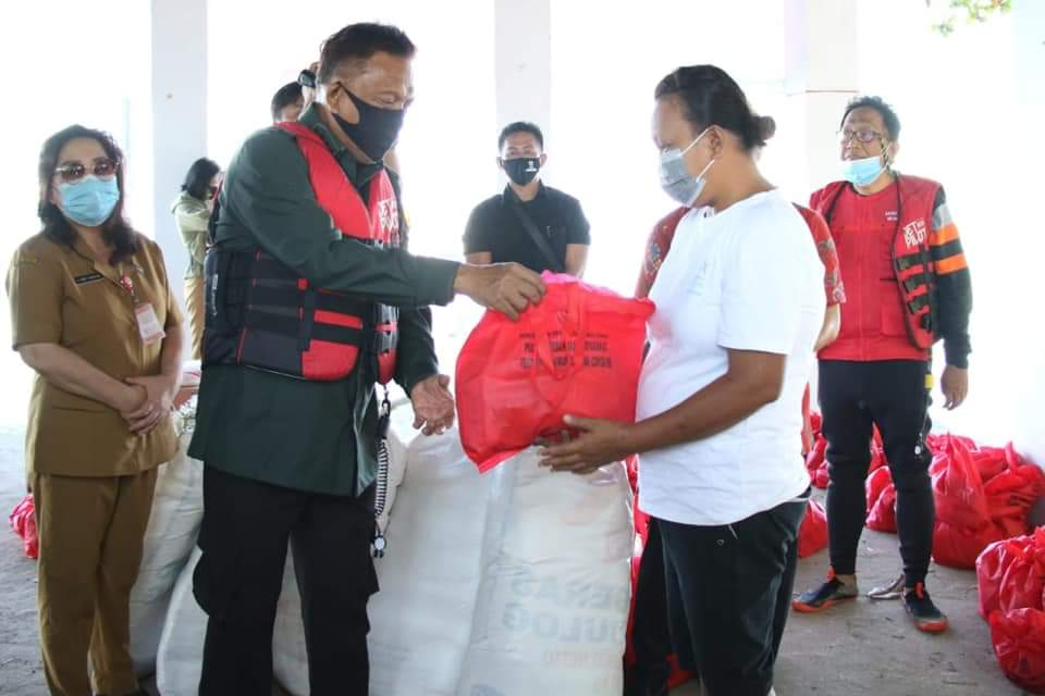 Gubernur OD  Kendarai Jet Ski Bagi Sembako  di Pulau Siladen, Bunaken dan Manado Tua